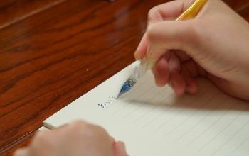 しかし、ガラスペンって、万年筆よりも手軽に色々なインクを試すことができるうえに、書き心地もサラサラとスムーズで、どんな角度でペンを入れても驚くほどスムーズに書けるとても使いやすいアイテムなんです。