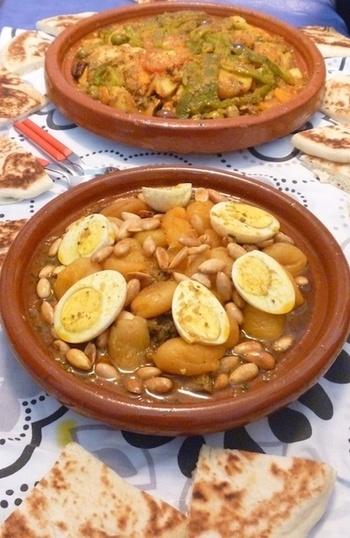 モロッコと聞いて、タジン鍋を思い浮かべる方も少なくないのではないでしょうか。  こちらはインゲン豆や魚、ジャガイモがたっぷりとはいったタジンで、オリーブやガーリック、トマトをベースにしたスパイスたっぷりの複雑な味わいが楽しめそうなレシピです。  魚でなくても、骨つきチキンで代用してもおいしくいただけそうですね。