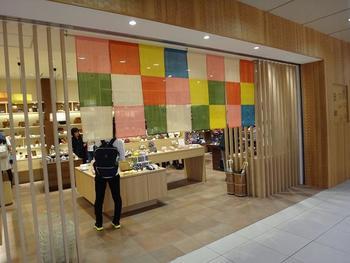 カランコロン京都・京都駅八条口店は、京都駅のアスティロード内にあります。かわいらしい市松模様ののれんが目印。がま口をメインに、日常使いもしやすい和雑貨を取り揃えています。