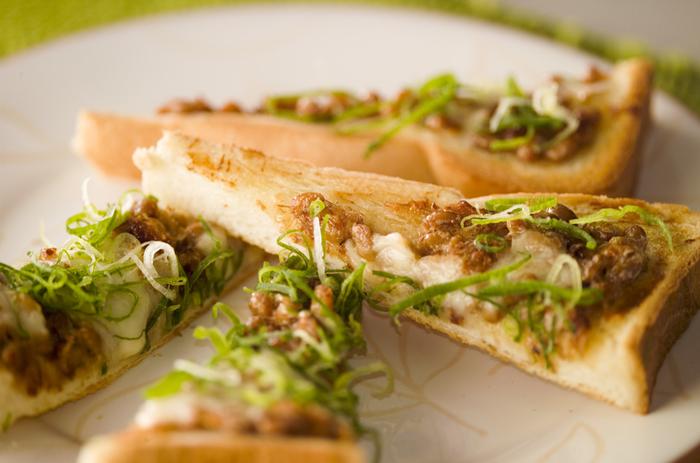 納豆とパンの組み合わせた、和と洋のコラボレーションが楽しいトースト。納豆が香ばしく、とろ~りとろけるチーズと良く合います。七味、マヨネーズ、ネギは量を調節して、自分好みに……。