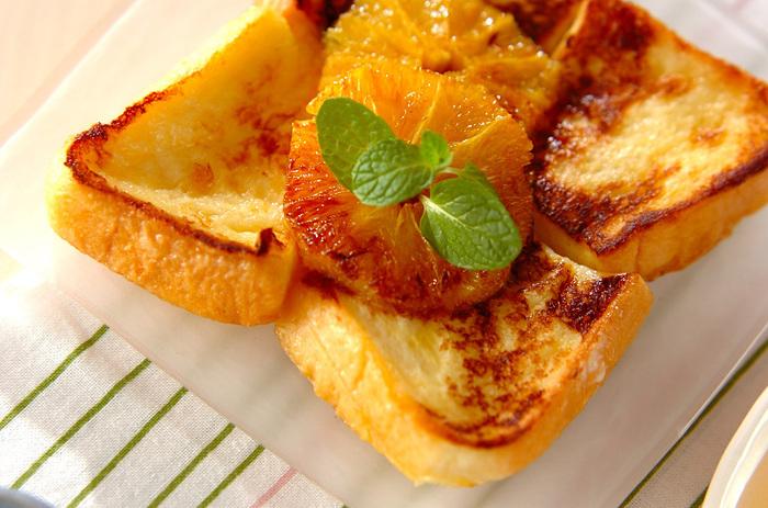 ふわふわのフレンチトーストにバターでソテーしたオレンジをのせて…。 オレンジの酸味がとっても爽やかで、食欲の無い時にもペロリといけちゃう美味しさです。