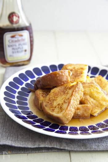 定番のフレンチトーストは、ほっとする味。ひと口食べるだけで幸せな気分に♪ メイプルシロップをたっぷりかけて召し上がれ…。シナモンシュガーの香りが良いアクセントに!
