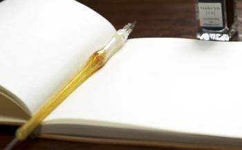 インクを使うと文字がにじむのではないかと心配されている方、にじんでしまうのは、ペン先側の問題よりも、選ぶ紙とインクの選択によることが多いとか。