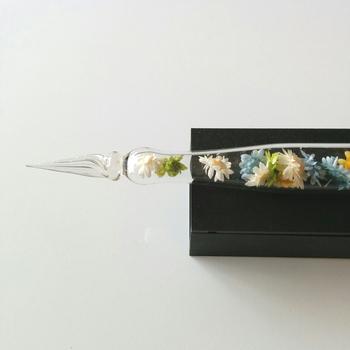 繊細に作られたペン先まで手作りで、中に入っているお花の種類や組み合わせも、同じものは製作できないため、世界に1つだけのオリジンルのペンとして、より愛着がわきそう。