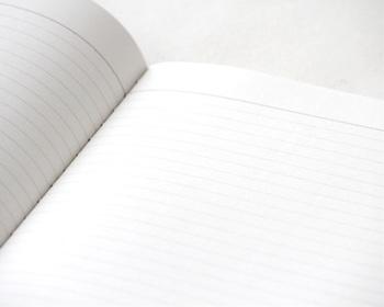 デザイン性だけでなく、中の紙も手間をかけ丹念にすいた、特注のフールス紙が使用され、蛍光染料を使わずに仕上げてあるので目も疲れず、万年筆でもにじまず書きやすいので、ガラスペンの練習用にいかがでしょうか。