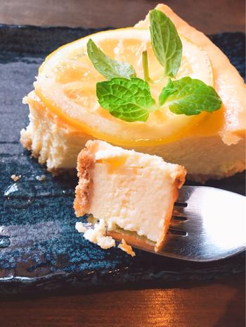 「Timuny.」は、濃厚なチーズと、甘酸っぱいはちみつレモンのハーモニーが絶妙なバランスのベイクドチーズケーキが人気。  箱根湯本駅から徒歩2分というアクセスと、バーのような落ち着いた雰囲気で人気のティムニー。ゆったりした大人の癒やし時間を楽しみたい方におすすめです。