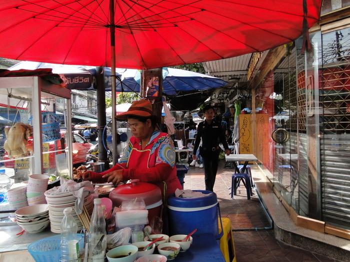 現地には、カオマンガイの多くの屋台や専門店があります。タイ料理ですが、東南アジア各地で食べられている料理で、シンガポールでは海南鶏飯(ハイナンジーファン)と呼ばれて愛されています。