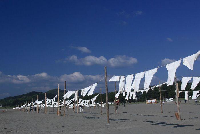 砂浜にたくさんのTシャツがたなびく「Tシャツアート展」をメディアなどで目にしたことがある人も多いのでは?毎年5月に行われるこの展示会の開催場所が「砂浜美術館」です。
