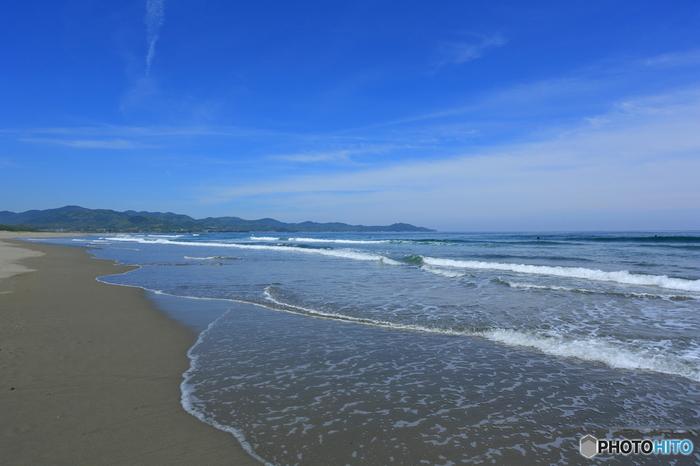 太平洋に面した高知県黒潮町、入野の浜。4kmにわたり続く砂浜が、美術館です。そしてありのままの自然の姿が全て「作品」というコンセプト。沖に時折見えるクジラも、海辺を走る子どもたちも、波と風が作った砂紋や鳥の足跡も常設作品のひとつ。年に数回開催されるTシャツアート展や潮風のキルト展が、企画展というわけです。365日、24時間いつでも見られて、季節や天候、時間によって表情を変える美術館。地球を感じられる雄大な展示を、ぜひ鑑賞してみてください。