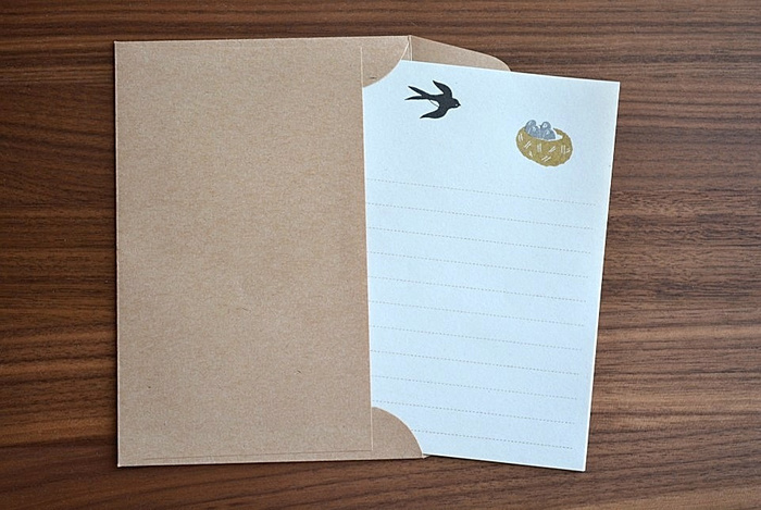 便箋はざらっとした質感が特徴の素朴なわら半紙で書きやすさも◎。サイズもハガキ大の大きさなので、贈り物にメッセージカード代わりに添えるのも素敵。