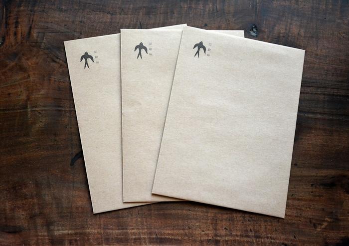 便箋を入れる未晒しの封筒は、便箋を折らずに入ることができる大きさで、可愛らしいツバメのワンポイントがさりげなく入り、手紙とともに幸運を届けてくれそう。