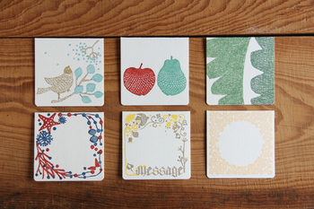 北海道を拠点としている「点と線模様製作所」の木や花など豊かな自然が模様化されたカードは、厚手のクッション紙に、レタープレスの印圧により、模様がしっかりへこむよう、1枚1枚しっかりと印刷されています。