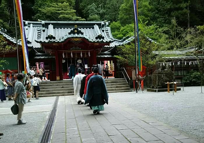 「箱根神社」は、天平宝字元年(757年)に創建され、1000年以上の歴史のある神社。 多くの武将が訪れる勝負の神として名を高めてきましたが、今では心願成就や家内安全など、多くの人に崇拝される関東屈指のパワースポットです。  箱根の伝統工芸・寄木細工でつくられた和合御守(なかよしまもり)も人気です。ペアになっており、その模様が合うのは世界にひとつだけであることから、ずっと健康で仲良くという願いが込められています。