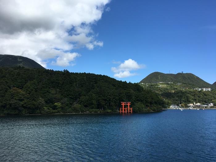 箱根を訪れた旅行客なら必ずといっていいほど訪れる芦ノ湖は、箱根山が噴火した際にできた湖です。 山々に囲まれ、風をきって芦ノ湖を走る海賊船が運航しています。そこからの景色もまた美しく、もちろん、富士山をのぞむこともできます。  季節ごとに表情を変える風景は、温泉観光で賑わう箱根とは違った雄大な景観が魅力です。