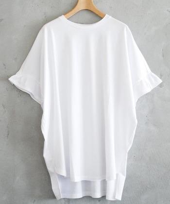 こちらもチュニック丈の少し大きめサイズのTシャツ。前と後ろで長さの異なる裾がポイントで、ボトムにインしたり、細身のパンツにさらりと合わせて着たり、さまざまなコーディネートが楽しめるTシャツです。