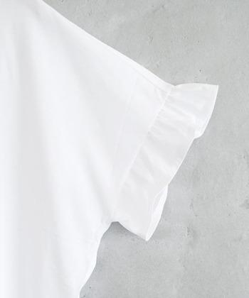 さらに、袖のフリルがアクセントになっており、シンプルですが一枚でおしゃれに着こなすことができるTシャツです。