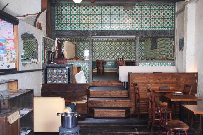 築80年の「銭湯」を改築して作られた「さらさ西陣」。壁にはカラフルな和製マジョリカタイルが全面に貼られています。  随所に残る水道蛇口や、どこか懐かしくアンティーク感のある木製の椅子やテーブルなど、思わず写真に残したくなるレトロな魅力がたくさん。
