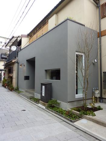 和菓子の老舗・京都を代表する甘味処「鍵善良房」が手掛ける、このカフェでは、モダンな空間の中でとっておきの和菓子が楽しめます。