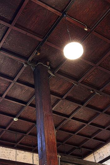 角材を格子状に組み、裏に板を貼った立派な「格天井(ごうてんじょう)」も見どころの1つ。