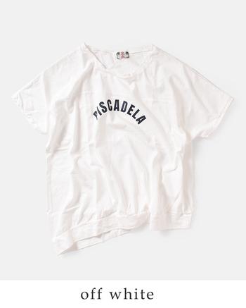 """日本製にこだわって作られているこちらのブランドのロゴTは、胸と背中の切り替えがさりげないアクセントをプラス&裾が少しだけすぼまったヘムラインになっており、ゆったり+すぼまりのメリハリ感がたまらない""""ゆる可愛い""""がつまった1枚です。"""