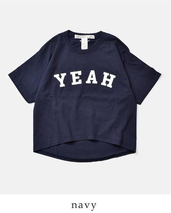 実はこちら、チャンピオンTシャツを国内にてリサイズ・プリント・洗い加工を施したリメイクのロゴT。なので袖にはいつものChampionマーク入り。裾のデザインがカーブしていて、手前はやや短く・後ろは長めになっています。