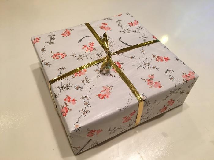 花柄の中に店名であるゴンドラが描かれた包装紙はレトロな雰囲気で老舗の風格が感じられます。