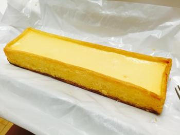 オーストラリア産フィラデルフィアチーズを60%以上配合したチーズケーキは濃厚でありながらまろやかな甘みとしっかりとしたコクがあり、女性や子供だけではなく、甘いものが苦手な高齢者や男性からの支持も高いんです。1人分用にカットされたものもありますが、帰省みやげならひ角型がおすすめ。家族がそろったテーブルで、切り分けて食べてくださいね。