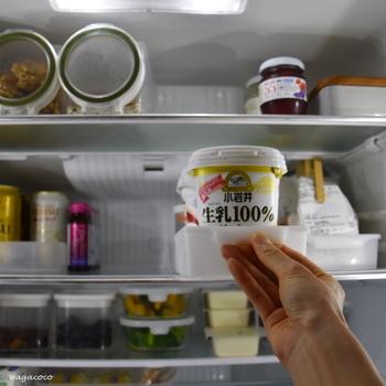 また、冷蔵庫の開閉時間が長くなってしまうと冷気が外へ逃げてしまい、電気代が高くなってしまいます。特に気をつけたいのが、食品を奥に置いてしまい、いざ取り出す時に時間がかかってしまうという点。上段部分などの取りにくい場所は、容器などにまとめて入れて取り出しやすいようにしましょう。