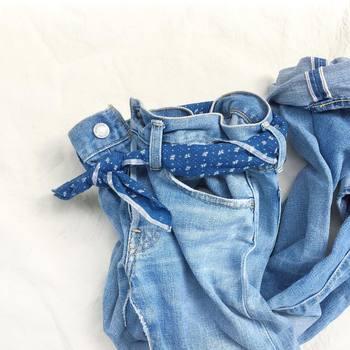 """濃紺の生デニムを何回も洗いをかけ色落ちさせたり、脱色加工や染色技術が進歩し、買ったその日から美しいライトブルーを楽しむことができるようになりました。また、穿き込んだ風合いやダメージ加工を加えた""""ヴィンテージ風デニム""""も人気です。"""