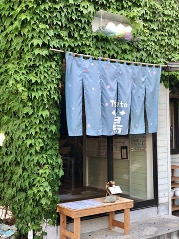 JR浦和駅西口から歩いて約2分のところにある「浦和 蔦(ツタ)」は、店名通り、蔦の生い茂る涼しげな外観です。