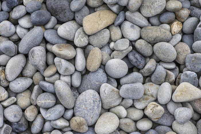 奄美空港から車で約2時間、瀬戸内町古仁屋(こにや)にある「ホノホシ海岸」は、丸みを帯びた石で覆われているのが特徴の海岸です。荒波のため、石が行ったり来たりしているうちに角がなくなっていくのだそう。波が引く際には、石が擦れる音が聞こえるので、耳を澄ませてみてくださいね。ちなみに、この玉石は持ち帰ることが禁止されていますので、ご注意を!