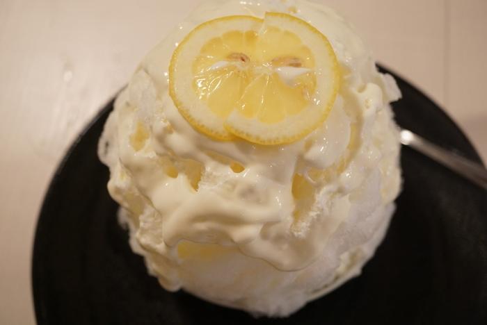 """""""子どもから年配の方まで、安心して食べてほしい""""と、素材にこだわっています。たとえば、シロップは合成色素や香料などを使わずに、すべて手作り。こちらの「レモンタルトのかき氷」は、女性に大人気の一杯です。"""