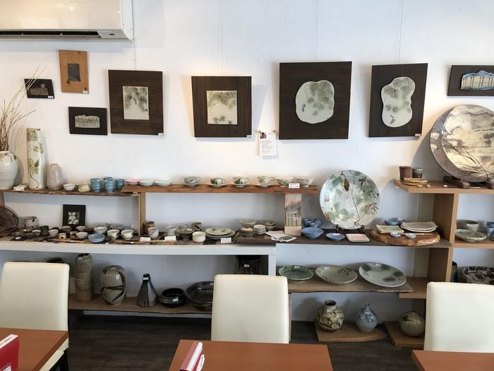 """陶芸スクールが運営する""""ものつくりカフェ""""ということもあり、店内の焼き物を見るのも楽しみのひとつ。陶芸体験のワークショップも開催されているので、気になる方は公式HPをチェックしてみてください。"""