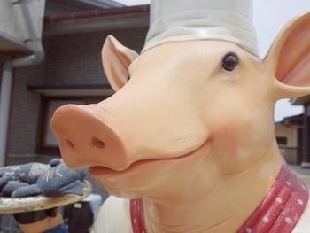 可愛らしい豚さんがお出迎えしてくれる「豚豚亭」は、先にご紹介した鶏飯が食べられる「ひさ倉」からすぐの場所にあります。奄美大島でも貴重な奄美産の豚肉を使った料理が食べられるお店です。しっかりとランチを食べたい!という方は、ぜひ足を運んでみてはいかがでしょうか。
