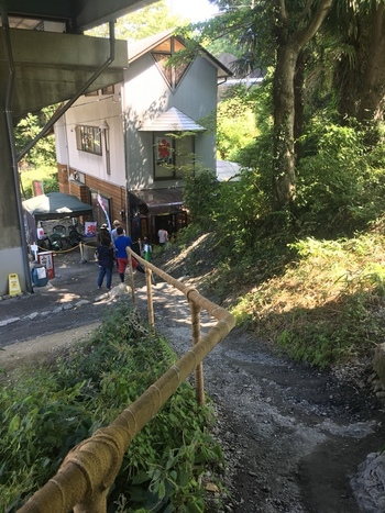 お店は道路沿いの階段を下りた先にあります。夏の時期は連日行列ができるので、待っている間の水分補給は忘れずに持参してくださいね。また、急な坂道なのでヒールやサンダルよりもスニーカーのほうが安全です。
