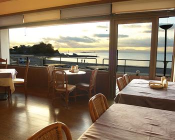 創業は1977年。La Plage (浜辺)の店名どおり、森戸海岸の美しい風景を望むフランス料理店です。昭和の雰囲気を漂わせたお店の中も何だか懐かしい。