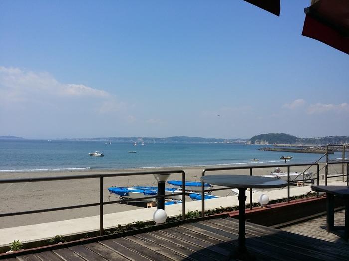 後出のフランス料理店「海辺のレストランLa Plage 」のテラスからの森戸海岸の眺め。お天気が良い日には江ノ島の遠くに富士山を一望します。現在、テラス席は使われていませんが、室内からもこの眺めを楽しめます☆