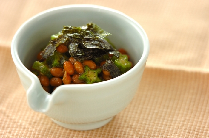 オクラは生のままで、ネバネバの納豆とシャキシャキのオクラの食感が絶妙です。栄養価の高い食材の組み合わせは、夏の疲れた体に力をくれますよ。調理時間約5分の簡単レシピ。