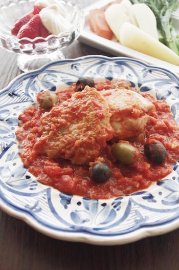 鶏肉をさっと炒めて、トマトと煮込む、簡単煮込み料理。オリーブの酸味が効いて美味しいですよ。トマトはトマト缶を活用して、手間を省きます。フライパン一つで調理でき、片付けがしやすいのもうれしいですね。