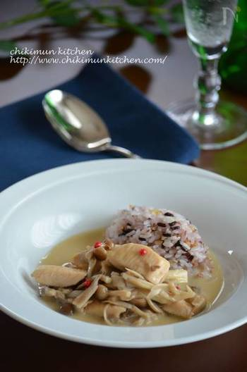 「フリカッセ」とは、フランスの家庭料理で、食材を白ワインで煮て生クリームを加えたもの。鶏肉や豚肉、きのこ類や野菜など、種類を変えれば色々な種類のフリカッセができますよ。作り方の基本を覚えて、冷蔵庫にあるものでアレンジを楽しみましょう。サーモンや牡蠣などの魚介で作るのもおいしいです。  こちらのレシピは、チキンの胸肉と茸を使ったフリカッセ。生クリームが濃厚なので、あっさりした胸肉が絶妙なバランスに。