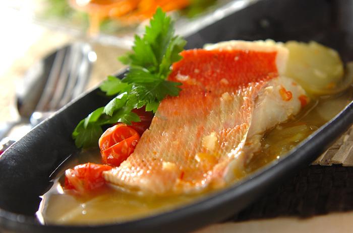 フランスの寄せ鍋料理として愛される「ブイヤベース」。こちらもソテーをしない番外編ですが、ぱぱっと作れる煮込み料理なので、ご紹介します。メインの金目鯛は、5~8分くらい煮るだけでOKなんです。魚の旨味が凝縮しているのに、30分くらいで出来上がりますよ。  鮮やかな赤色が映えて美しく、縁起も良し。おもてなし料理にもおすすめです。