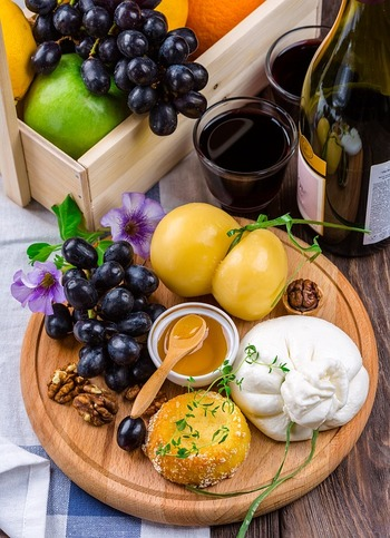 また、ほかのチーズのような濃い塩味や個性的な香りがないブッラータは、フルーツとの相性も抜群。ジャムや蜂蜜などの甘みを加えてスイーツのようにして楽しむこともできます。 ほかにもまだまだあるブッラータの美味しい食べ方をご紹介しましょう。