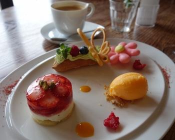 ランチなら、オードブルとメイン料理、デザートを選べる「ランチコース」がお得で人気。スウィーツも見目麗しく、美味しいと評判です。  【画像は「箱根スイーツコレクション2015」の『レアチーズケーキと苺のゼリー お花のマカロンとちょうちょのエクレア添え』。ヨーロピアンガーデンを一皿に表現した、ミュージアムならではのスウィーツ。】