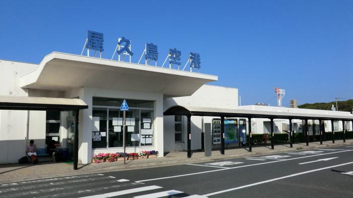 屋久島へのアクセス方法は、飛行機と船の2つがあります。まずは飛行機を利用した場合のご紹介。島への直行便が運航されているのは、鹿児島空港、福岡空港、大阪伊丹空港の3つのみで、このどれかを経由する必要があります。ですが、鹿児島まで来てしまえば、鹿児島空港から屋久島までは約40分のフライト!さらに、1日に5便の運航があるので便利です。