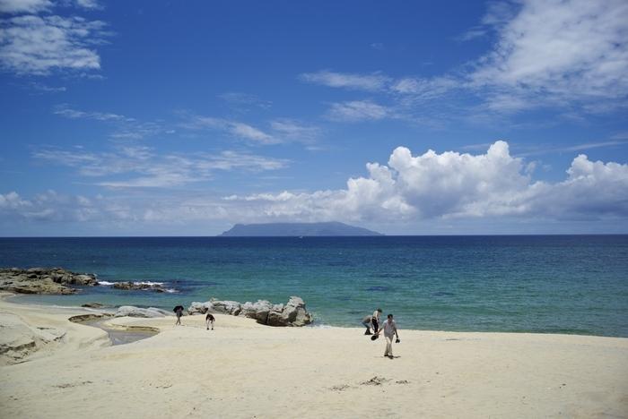 宮之浦港から車を使って30分程度距離にある「永田いなか浜」。屋久島ではあまり見ない白砂のビーチです。裸足で歩いてもくっつきにくい砂で、ここでのんびりと過ごすのもおすすめです。