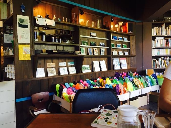 屋久島でおしゃれなカフェに行ってみたいという方には「ノマドカフェ」がおすすめです。店内には、障害者の方が作った食器などの作品、雑貨、お店名物のジンジャーシロップが並びます。お土産として購入するのもいいかも♪
