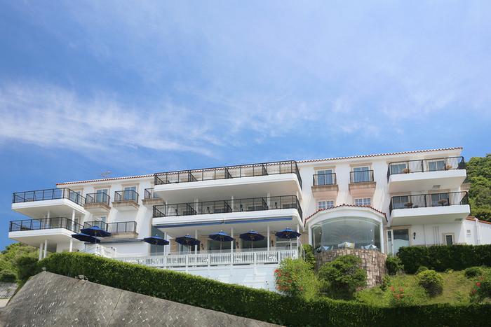 ホテルは、葉山と横須賀市のちょうど境にある高台に。坂道を登っていきます。青いパラソルのある場所が「カフェテラス」。