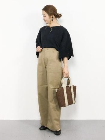 袖にスカラップレースを施したボリューミーなブラウスは、ワイドパンツにinしてコンパクトにまとめるとgood。普通のTシャツより女らしく決まります。