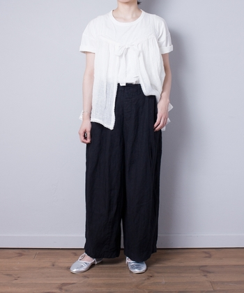 Tシャツにワイドパンツだけでも素敵な装いですが、胸元にレースがあしらわれたキャミソールを重ねることで大人モダンな装いに早変わり。Tシャツだけよりドレッシーな雰囲気を演出できますよ。