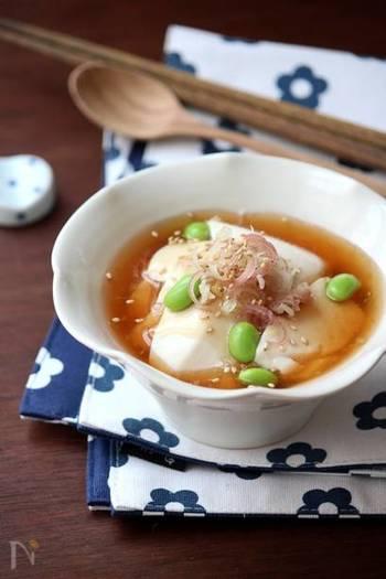 夏バテで食欲が無い時に嬉しい、つるんと食べやすいすくい豆腐のレシピです。とろみのある冷たい生姜あんが爽やかで、簡単なのに食卓に映える一品。